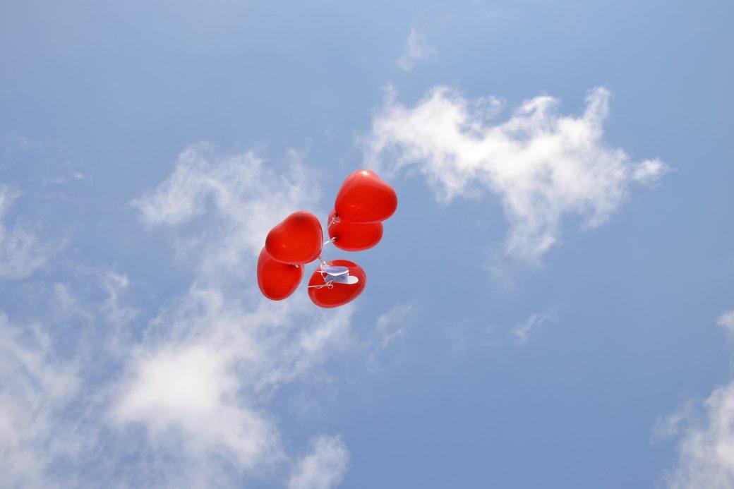 Slingers en ballonnen vliegen naar de hemel voor Valerie Gerrits 2 juli - Eigen Stijl Uitvaartzorg